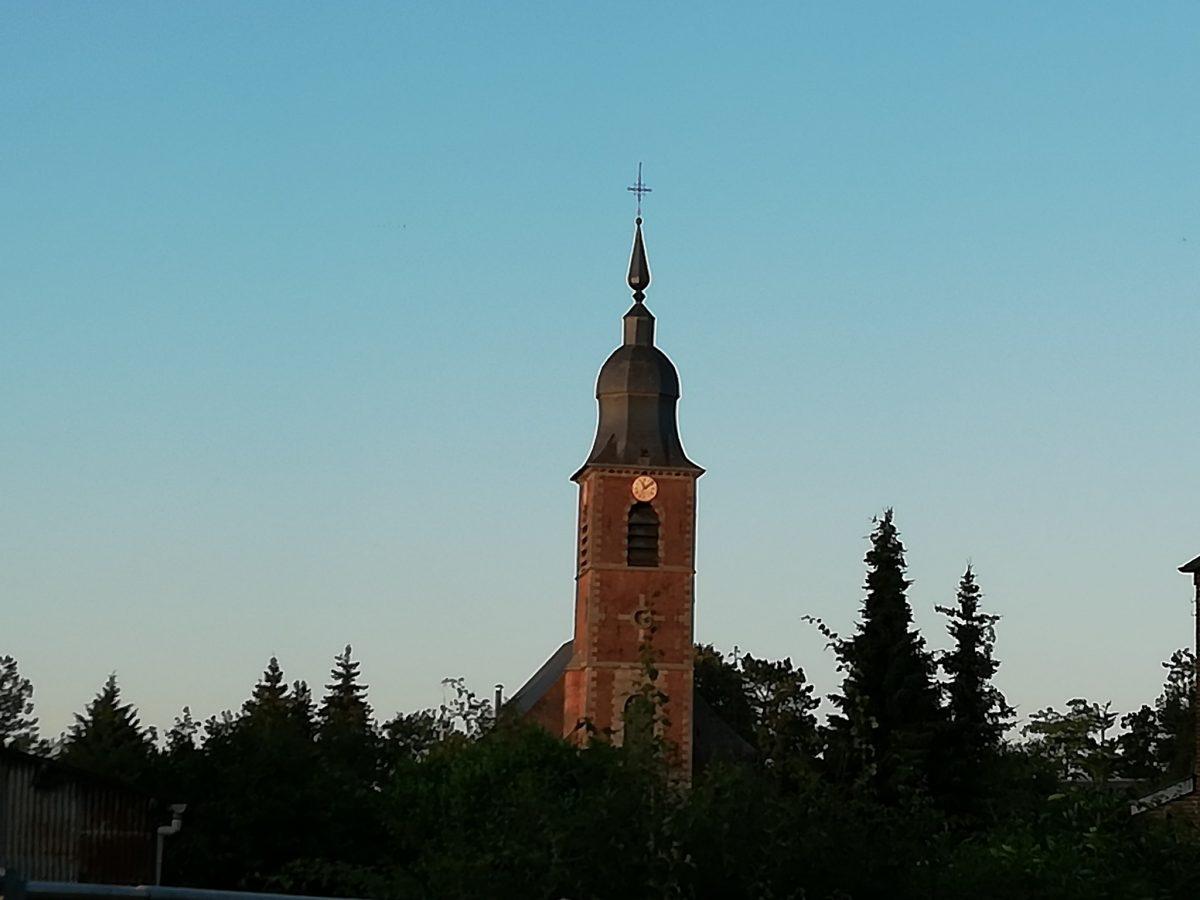 Clocher de Hon Hergies au coucher du soleil