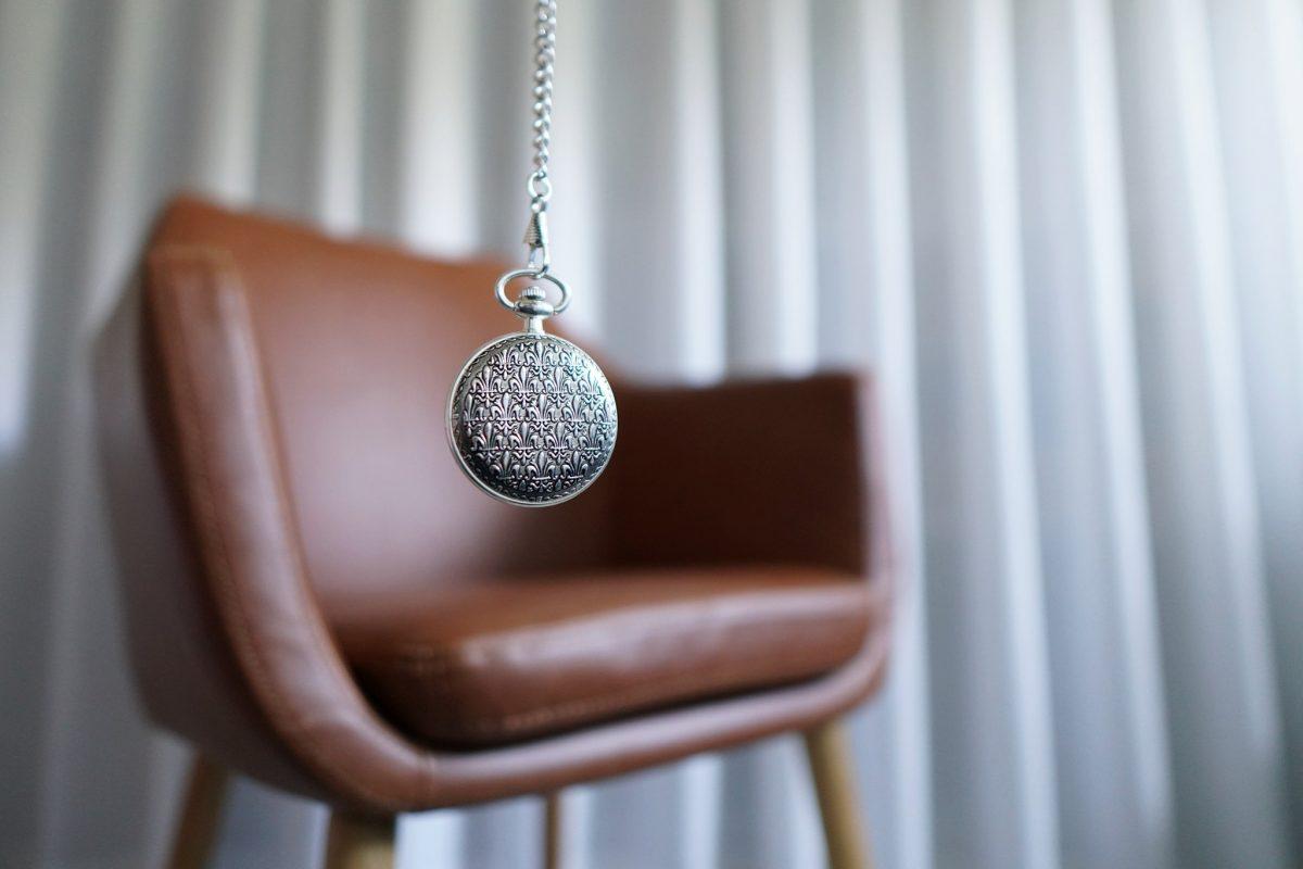 un pendule et un fauteuil